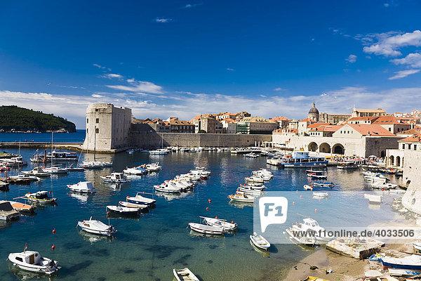 Hafen mit Booten und Altstadt von Dubrovnik  Ragusa  Dubrovnik-Neretva  Dalmatien  Kroatien  Europa