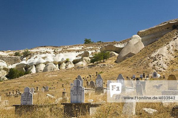 Alter Friedhof inmitten einer Tuffsteinlandschaft bei Göreme  Kappadokien  Zentralanatolien  Türkei  Asien