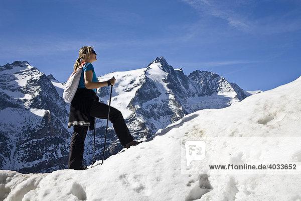 Frau mit Nordic Walking Stöcken am Gamsgrubenweg  hinten der Großglockner  3798m  Nationalpark Hohe Tauern  Kärnten  Österreich  Europa
