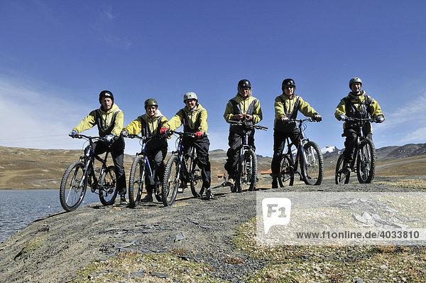 Gruppe von Mountainbikern  Deathroad  Altiplano  La Paz  Bolivien  Südamerika