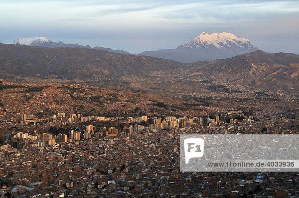 Blick auf La Paz und den Gletscher Illimani  6.439m  Bolivien  Südamerika