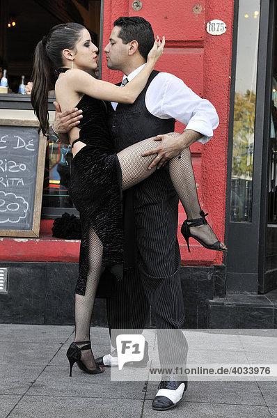 Tangotänzer im Hafenviertel La Boca  Buenos Aires  Argentinien  Südamerika
