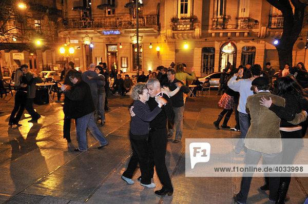 Tänzer bei Tango-Tanzveranstaltung  Milonga  auf der Plaza Dorrego  Barrio San Telmo  Buenos Aires  Argentinien  Südamerika