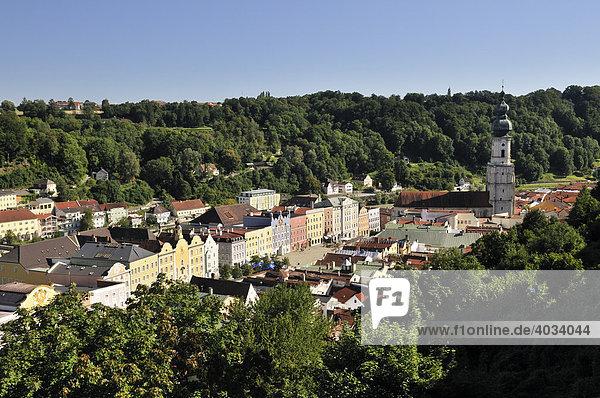 Blick von der Burg auf die Altstadt  Burghausen  Oberbayern  Bayern  Deutschland  Europa