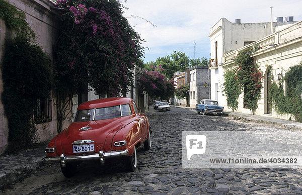 Oldtimer auf einer kopfsteingepflasterterten Straße  Colonia del Sacramento  Uruguay  Südamerika