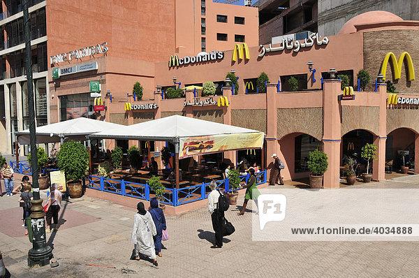 Zwei verschleierte Frauen vor einem McDonalds-Restaurant im Guéliz-Viertel in der Neustadt von Marrakesch  Marokko  Afrika