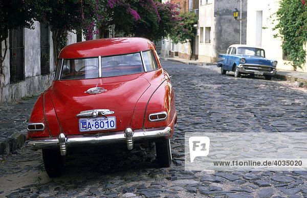 Oldtimer in einer kopfsteingepflasterten Straße von Colonia del Sacramento  Uruguay  Südamerika