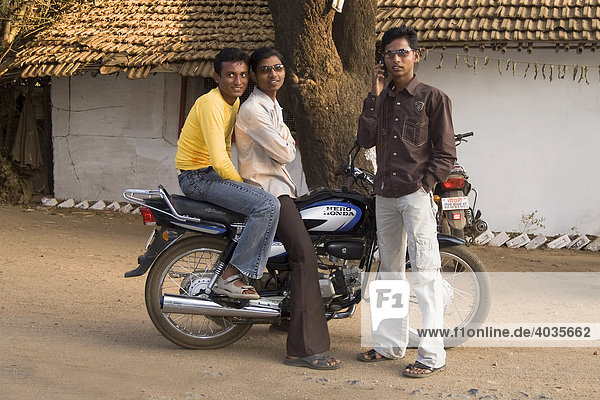 Straßenszene  junge Männer auf einem Moped  Bundesstaat Madhya Pradesh  Indien  Südasien