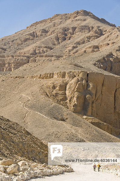 Path leading to the the grave of Eje in the western valley  two young tourists  Valley of the Kings  West Theben  Luxor  Egypt  Africa