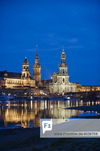 Stadtansicht  Brühlsche Terrasse  Hausmannturm und Hofkirche mit Spiegelung in der Elbe in der Dämmerung  Dresden  Freistaat Sachsen  Deutschland  Europa