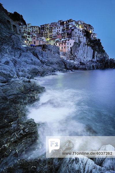 Meeresbrandung vor dem Dorf Manarola im Abendlicht an der Steilküste  Ligurien  Cinque Terre  Italien  Europa