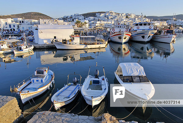 Fischerboote im Hafen von Naoussa  Paros  Kykladen  Griechenland  Europa