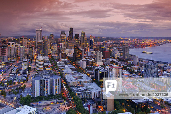 Skyline von Seattle Down Town im Abendlicht  Bundesstaat Washington  USA  Nordamerika
