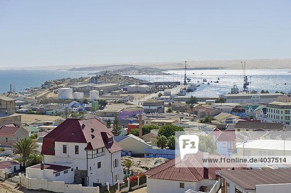 Blick von der Felsenkirche in Richtung Hafen von Lüderitz  Namibia  Afrika