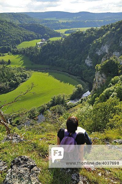 Frau genießt Aussicht  Naturpark Obere Donau  Donaubergland  Baden-Württemberg  Deutschland  Europa
