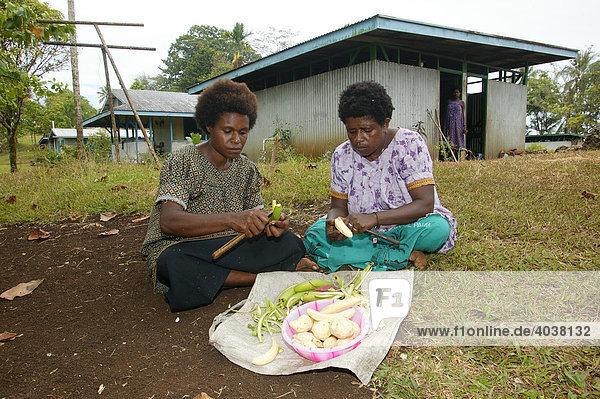 Frauen beim Kochen  Logaweng  Papua Neuguinea  Melanesien  Kontinent Australien