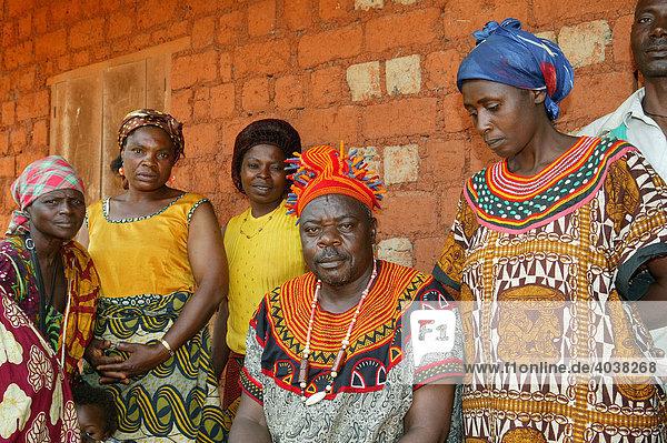 Stammesfürst im Kreise seiner Familie  Bamenda  Kamerun  Afrika