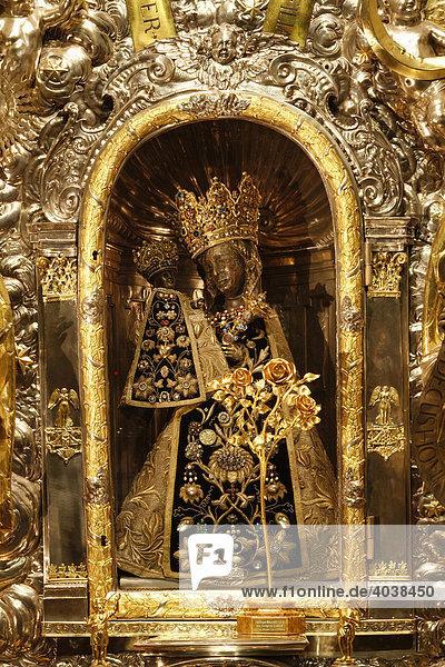 Schwarze Madonna mit der Goldenen Rose  Auszeichnung von Papst Benedikt XVI  Gnadenkapelle  Altötting  Oberbayern  Deutschland  Europa