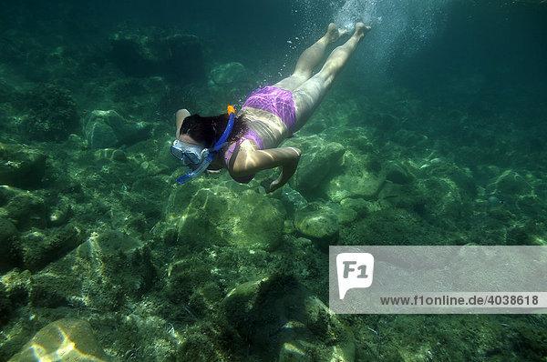 Frau mit Schnorchel und Taucherbrille taucht im Meer  Unterwasseraufnahme  Villasimius  Sardinien  Italien  Europa