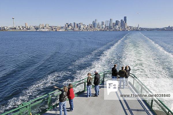 Touristen auf der Fähre von Seattle nach Bainbridge Island  hinten Skyline von Seattle  Washington  USA