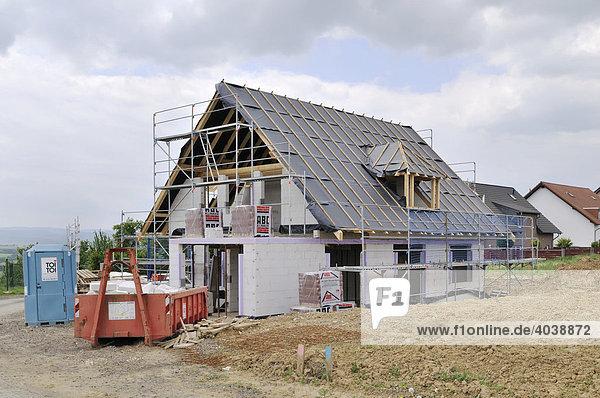 Eingerüsteter Rohbau mit Dachstuhl  Eifel  Deutschland  Europa