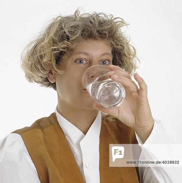 Blonde Frau trinkt ein Glas Wasser