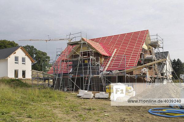 Wohnhäuser  eingerüsteter Neubau mit Dachgaube  Nordrhein-Westfalen  Deutschland  Europa
