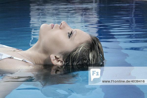 Junge dunkelblonde Frau beim Schwimmen
