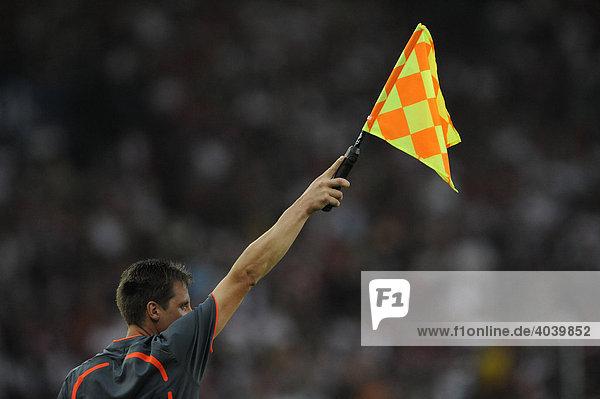 Flagge eines Linienrichters beim Fußball