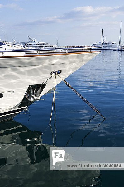 Motorjacht im Hafen  Portals Nous  Mallorca  Balearen  Spanien  Europa