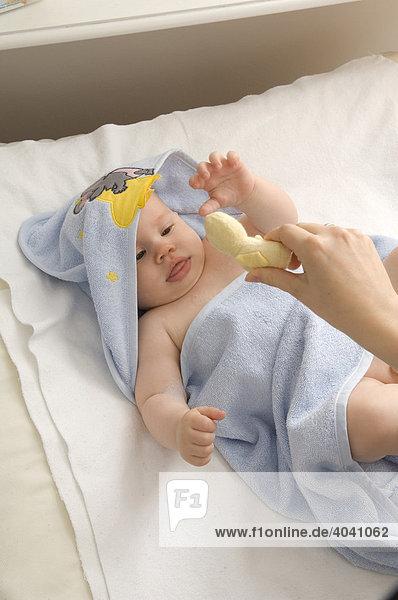 Baby in Abtrockenhandtuch mit Kapuze