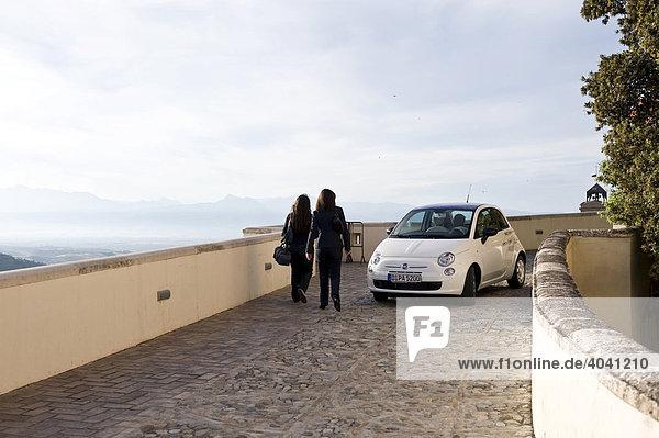 Fiat  Kleinwagen und Passanten in Italien