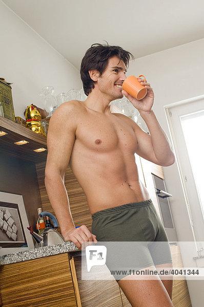 Mann in Unterwäsche in der Küche