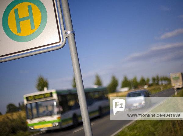 bushaltestellenschild an einer landstra e in ostwestfalen. Black Bedroom Furniture Sets. Home Design Ideas
