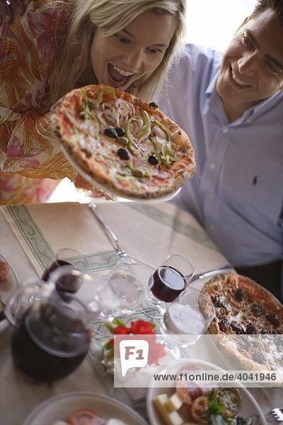 Junges Paar beim Pizzaessen