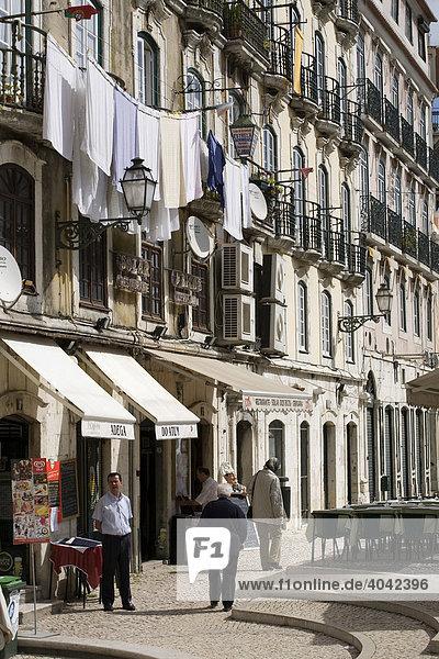 Typische Straße in Alfama  Lissabon  Portugal  Europa