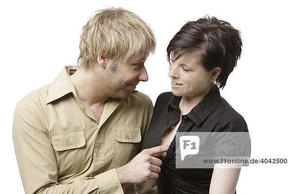 Blonder Mann berührt Dekolleté einer Frau