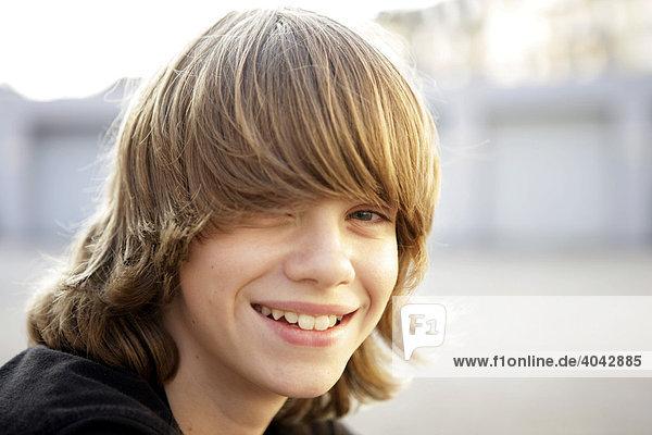 12 Jähriger Junge Mit Blonden Haaren Lacht Ibljoa00949301
