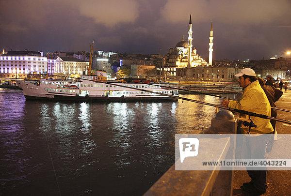 Galatabrücke über das Goldene Horn  2-stöckige Straßenbrücke  oben Verkehr  unten Kneipen und Restaurants  Istanbul  Türkei