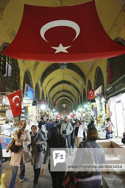 Gang im Gewürz Basar  Marktviertel  Istanbul  Türkei