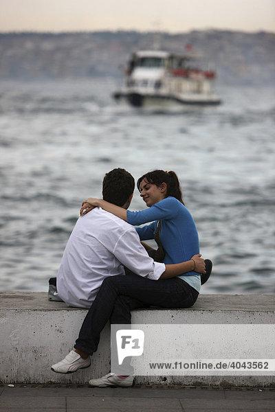 Junges Paar am Abend am Bosporus Ufer  Besiktas  Istanbul  Türkei