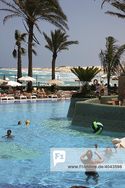 Pool im Ferienhotel Hotel Riu Palace Tres Islas  bei Corralejo  Fuerteventura  Kanarische Inseln  Spanien  Europa