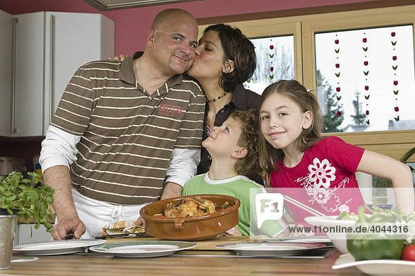 Eltern  Kinder  gemeinsam kochen