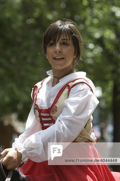 Jugendliche Reiterin in traditionellem Kostüm auf der Cavalcata Sarda in Sassari  Sardinien  Italien  Europa