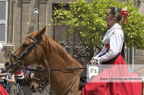 Reiterin in traditionellem Kostüm auf der Cavalcata Sarda in Sassari  Sardinien  Italien  Europa