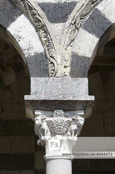 Kapitell an der Basilica della Santissima Trinità di Saccargia  zwischen den Orten Ploaghe und Codrongianus im Logudoro  Provinz Sassari  Sardinien  Italien  Europa