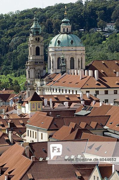 Blick über die Dächer von Prag auf die Kuppel der St. Niklas Kirche  Prag  Tschechische Republik  Europa