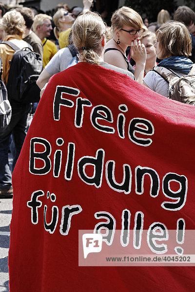 Student in rote Fahne eingehüllt  Aufschrift Freie Bildung für alle  Studentendemonstration zur Abschaffung der Studiengebühren  Düsseldorf  Nordrhein-Westfalen  Deutschland  Europa