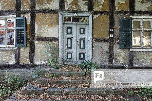 Fassade eines alten Fachwerk-Bauernhofs  Treppen und Haustüre  Altbarnim  Oderbruch  Märkisch-Oderland  Brandenburg  Deutschland  Europa