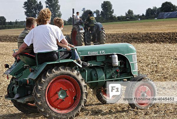 Junge Leute fahren auf Oldtimer-Trecker  Kramer K 15  Erntefest Angermunder Treckerfreunde  Düsseldorf  Nordrhein-Westfalen  Deutschland  Europa